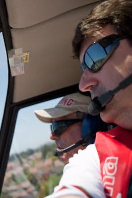 Ignacio Baixauli junto a José Luis Cascos aterrizando en el aeroclub de castellón con el helicóptero de José Luis